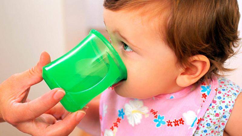 bebe été boire eau